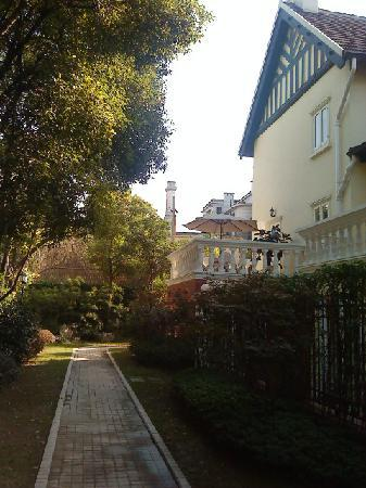 Shanghai Julu Garden Villa: Outside one of the villas
