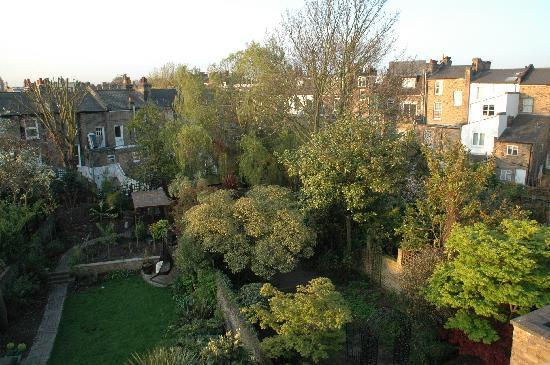 Griffin House Holiday Apartments: vue de la chambre donnant sur le jardin