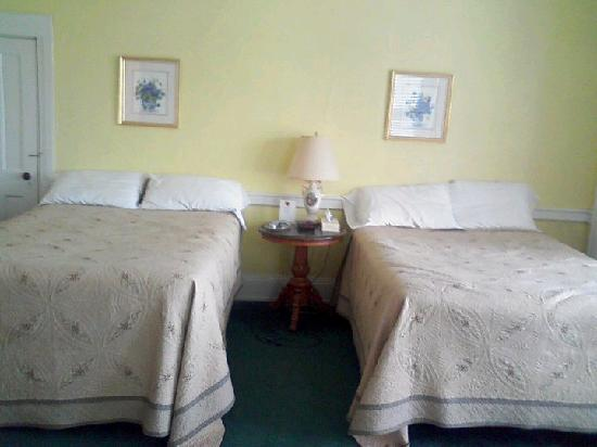 Kane Manor Country Inn: The yellow room