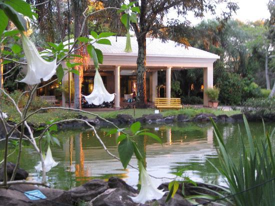 San Martin Hotel & Resort: A welcoming entrance...