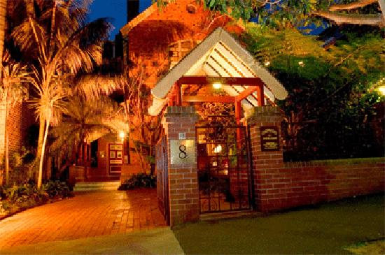 Simpsons of Potts Point Hotel: Simpson's at night