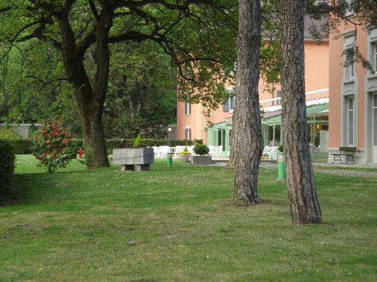 Grand Hotel Des Bains: LAVEY les Bains: hotel e parco