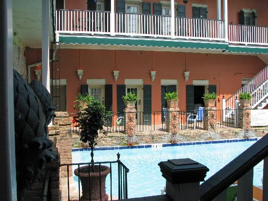 New Orleans Courtyard Hotel: view of my room door across the courtyard/pool