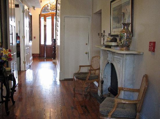 New Orleans Courtyard Hotel: lobby/hallway area