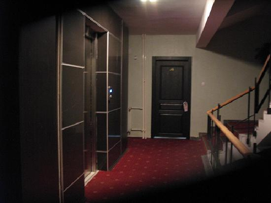 Ankara Madi Hotel : Dim corridor
