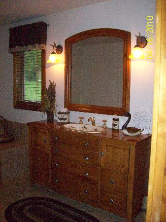 Dockside Bed & Breakfast: vanity/sink in the bathroom