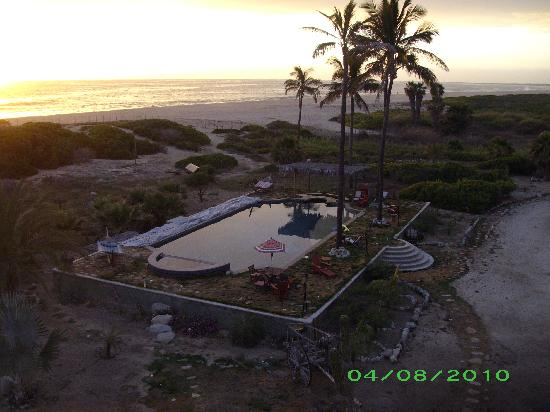 Villa Santa Cruz: View of the pool and beach from the roof patio at sunset
