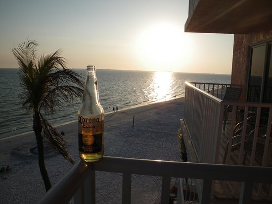 Edison Beach House: Time to enjoy another perfect sunset....