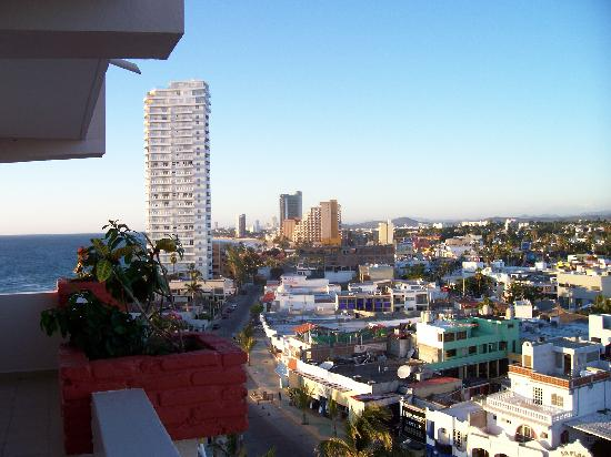 Las Flores Beach Resort: 9th floor view