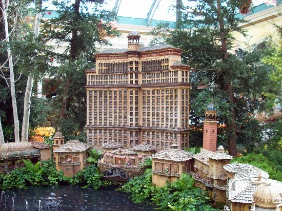 Bellagio Conservatory & Botanical Garden: A mini version of the Bellagio