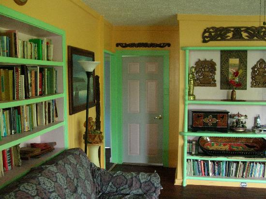 JoMama's Pahoa Town Hostel: Shared living room has a large reading selection