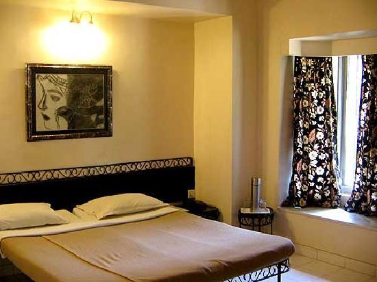 Chandralok Hotel: Marvellous paintings and beds