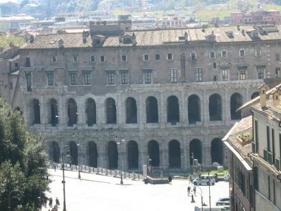 Teatro di Marcello: Mais uma vez o Teatro Marcello, do alto do mirante acima do Monumento a Vitório Emanuel II.