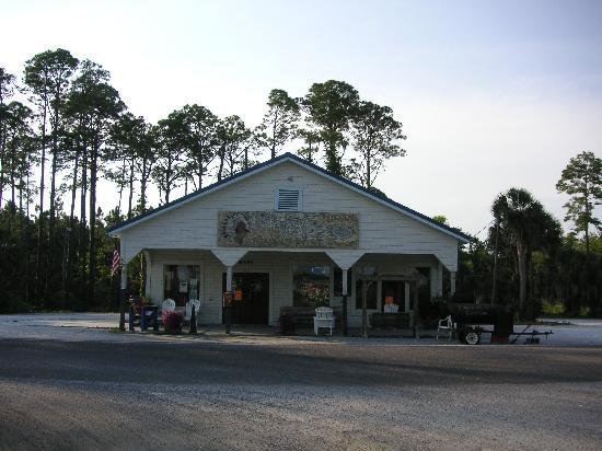 Turtle Beach Inn: great oyster bar just a few steps away
