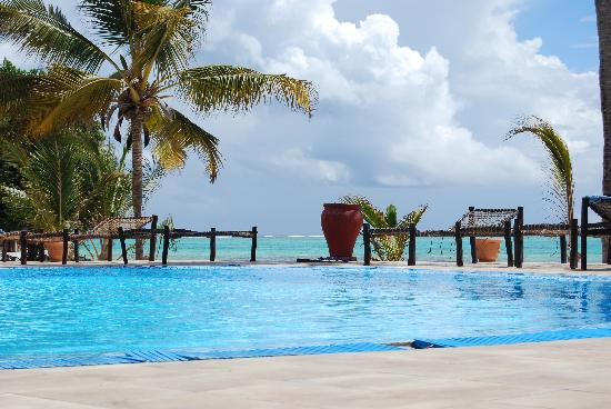 Karafuu Beach Resort and Spa: La piscina