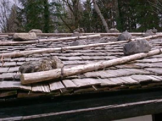 Freilchtmuseum Glentleiten: rocks to hold down the roof