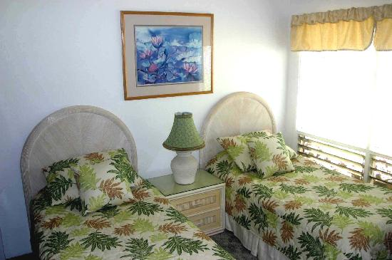 Poipu Crater Resort: Guest Bedroom with twin beds