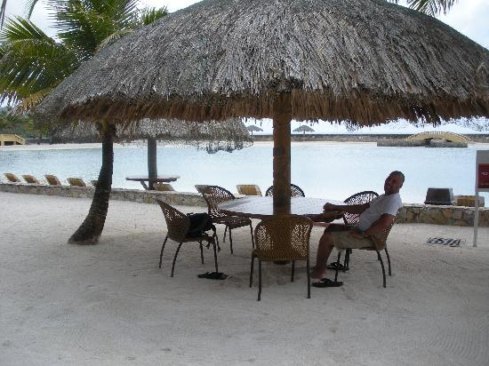 Parrot Tree Beach Resort: Tables for dining/drinking. Take your shoes off and enjoy your meal!