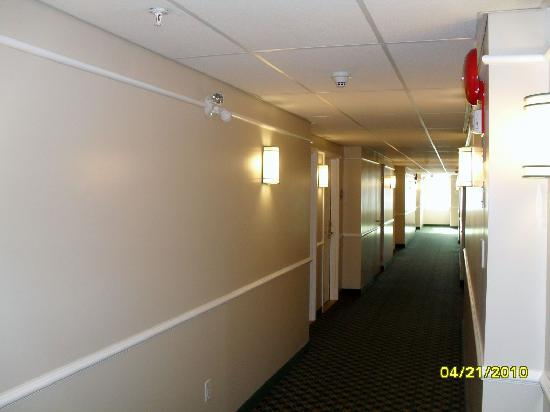 La Quinta Inn Vancouver Airport: Brightly-lit hallway, security camera monitored & unblocked fire stairs