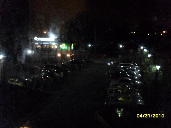 La Quinta Inn Vancouver Airport: Night view - 35 cars parking lot nearly full, restaurants right next door