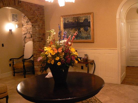 Inn BoonsBoro: Foyer Flowers (fresh flowers all over Inn)