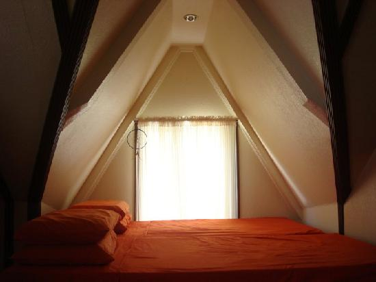 La Bella Casa: bed by the attic window