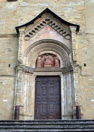 Arezzo - il Duomo.  Ingresso laterale.