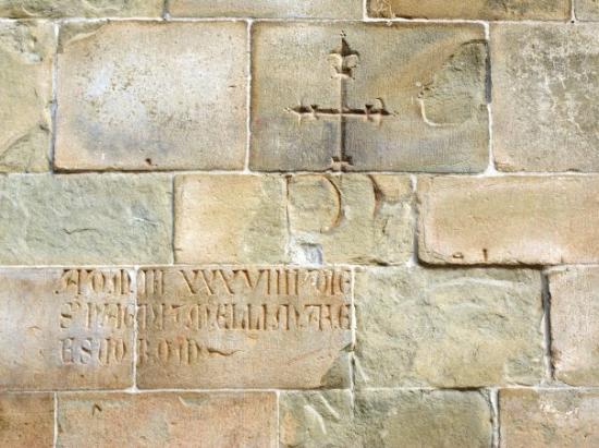 Arezzo - il Duomo.  Particolare delle murature.