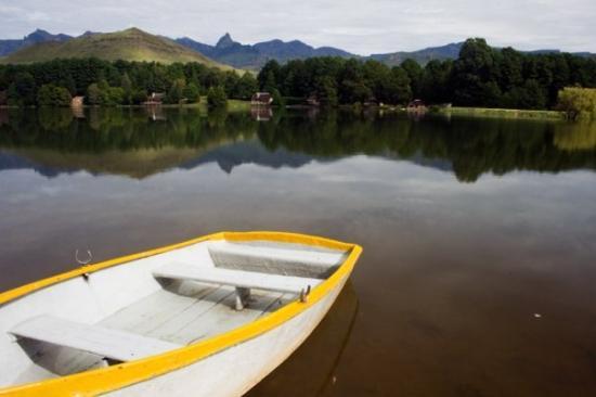 Underberg, Sør-Afrika: Boat and more scenery at Lake Naverone.