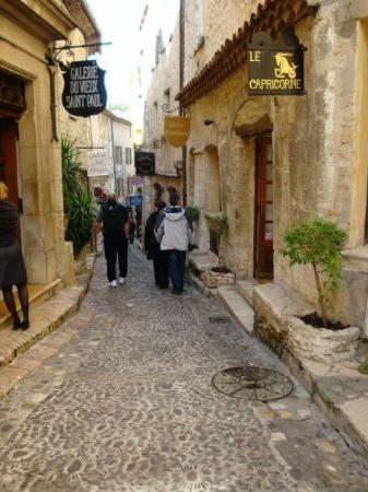 Сен-Поль-де-Венс, Франция: Ancient medieval street of St. Paul de Vence, village of artists & craftsmen/craftswomen