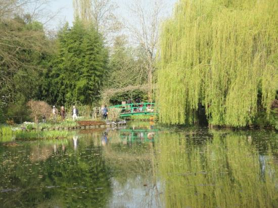 Giverny, Francja: Yonder is Monet's famous bridge :0