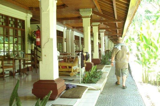 Un's Hotel: outside
