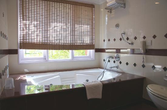 Taj Exotica Resort & Spa Goa: Bathroom in a deluxe room