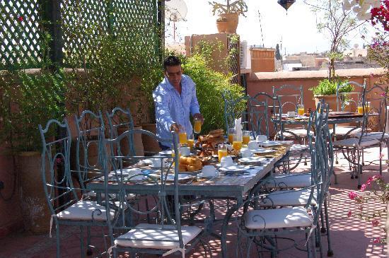 Riad Dar Dialkoum: Petit déjeuner au soleil du matin