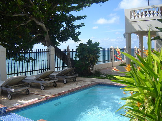 Tres Sirenas Beach Inn: Oceanfront Pool and Deck