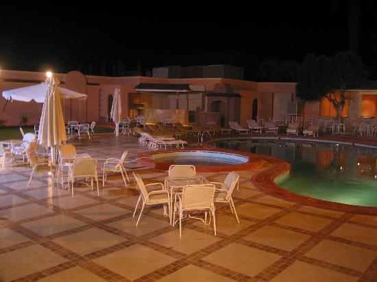 Karnak Hotel: swimming pool area