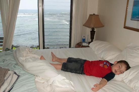 Keauhou Kona Surf & Racquet Club: Our 3 year old after a very busy day relaxing in the master bedroom