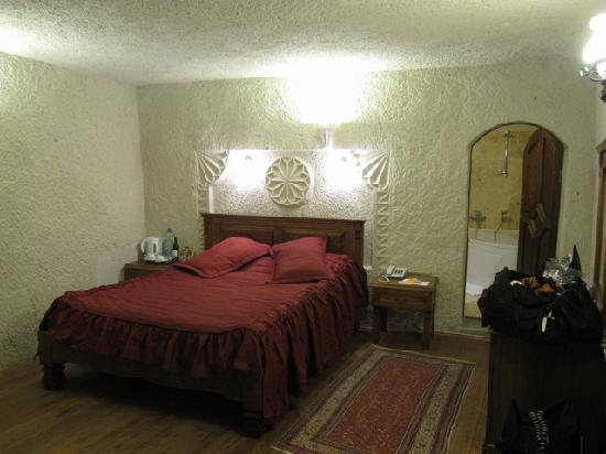 Vezir Cave Suites: Our room interior with  spa/bath to the rear right