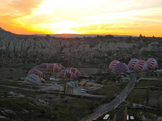 Vezir Cave Suites: Sunrise and hot air balloon launch from ridge above hotel