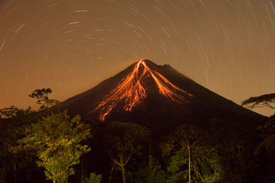Arenal Observatory Lodge & Spa : Volcano at night from room showing star trails (30 min exposure)