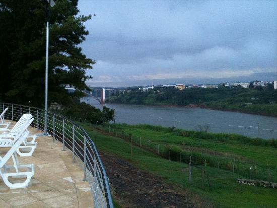 Hotel Casino Acaray: Vista da Piscina com Ponte da Amizade ao fundo