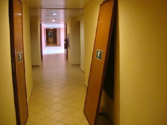 Brisas del Caribe Hotel: Puerta desencajada en el pasillo donde se filtra el agua del piso superior