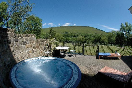 Losehill House Hotel & Spa: The hot tub and Winhill