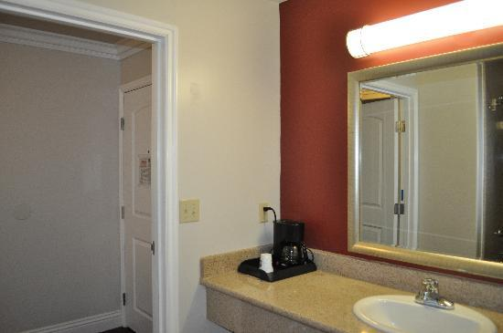 Best Western Burbank Airport Inn: Entry way to Rm 1/Bathroom 1