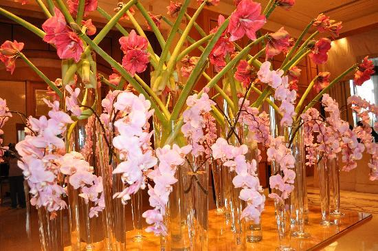 Four Seasons Hotel Cairo at Nile Plaza: Flowers in the lobby