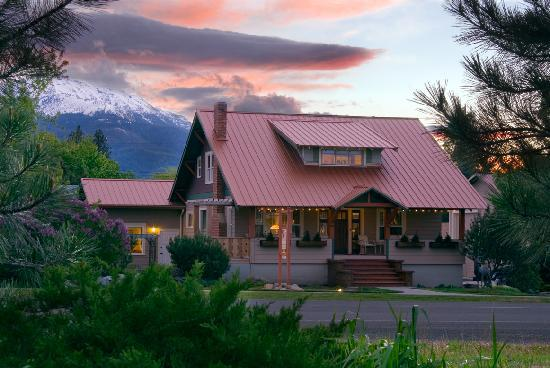 Bronze Antler Bed & Breakfast : Bronze Antler B&B framed by the Wallowa Mountains