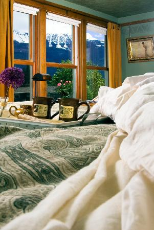 Bronze Antler Bed & Breakfast : Chief Joseph Mountain room is popular for staying in bed and admiring the Wallowa Mountains