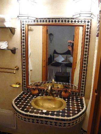 Riad Awinati : salle de bains d'une chambre
