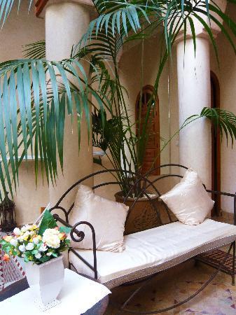 Riad Awinati : fauteuil dans le patio