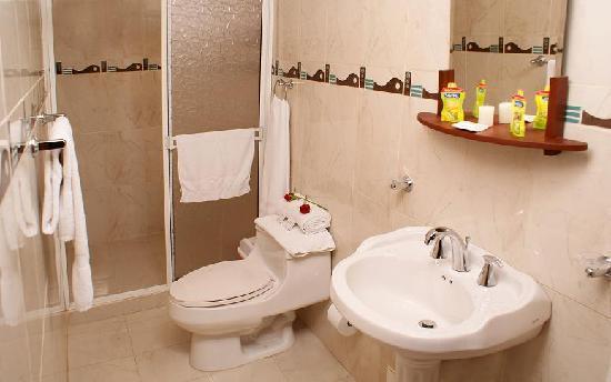 Hotel La Casa Medellin: Economy Room Bathroom